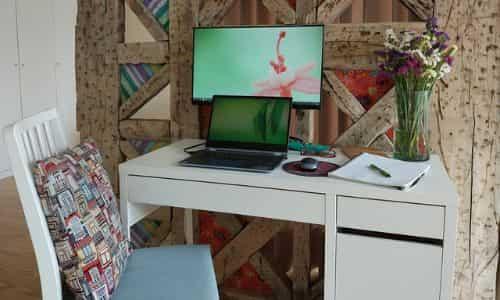 bilgisayar ve çalışma masası